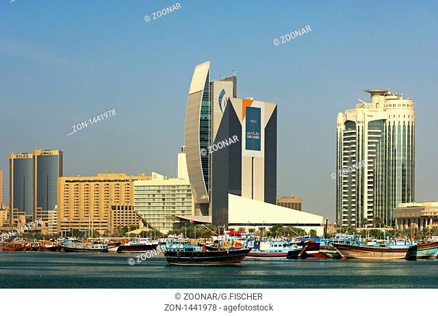 Hafen der traditionalle Dhau-Schiffe am Dubai Creek vor der Kulisse moderner Hochhäuser der Natinal Bank Dubai, der Industrie- und Handelskammer und dem Dubai...