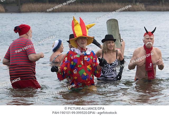 "01 January 2019, Berlin: Members of the association """"Berliner Seehunde"""" take part in the New Year's bathing in Lake Orankesee"