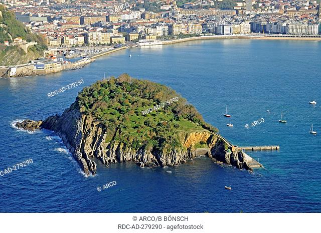 Santa Clara, island, La Concha, bay, view from Monte Igueldo, San Sebastian, Pais Vasco, Basque country, Spain