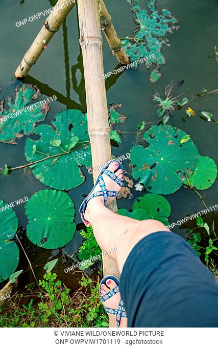 (C?n Son, Bii H?u Nghia,) near C?n Tho, the largest city in the Mekong Delta and the capital of the Mekong Delta, Running on a land monkey bridge