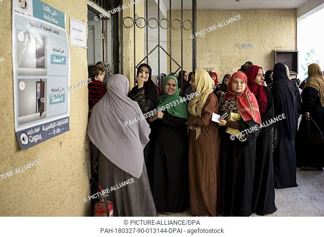 dpatop - Egyptian women queue up outside a polling station to cast their votes at a polling station on the second day of the 2018 Egyptian presidential...