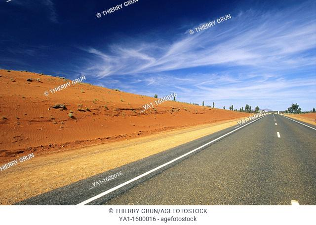 Lasseter highway n°4 road between Alice Spring and  Ayers rocks, Northern territory, Australia