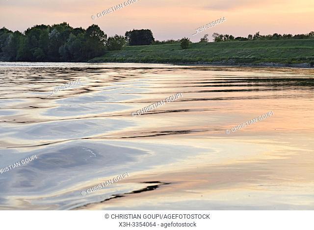 reflets sur l'eau au coucher du soleil, Balade en toue sur la Loire aux environs de Chaumont-sur-Loire, departement Loir-et-Cher, region Centre-Val de Loire
