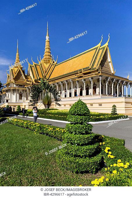 Throne hall, coronation hall, Preah Tineang Tevea Vinichhay, artistic hedge, Royal Palace, Phnom Penh, Cambodia