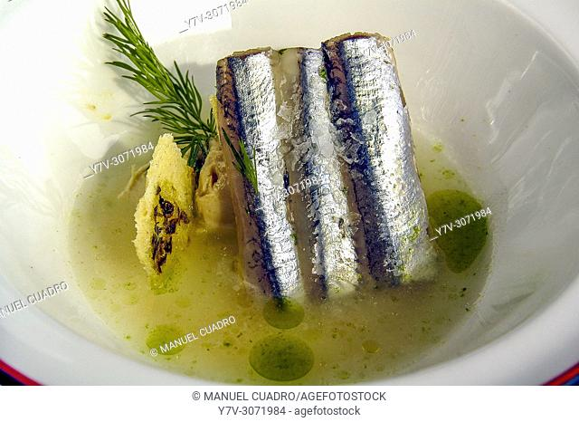 Pintxo de Anchoas sobre pan de orégano y sopa de tomate y queso (Pintxo of anchovies on oregano bread and tomato and cheese soup)