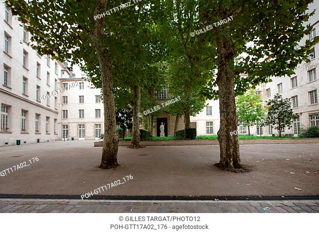 Paris, boulevard Saint Michel, lycee saint louis, court of honour and statue of saint louis, Photo Gilles Targat