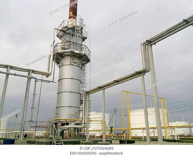 Furnace for heating oil at the refinery