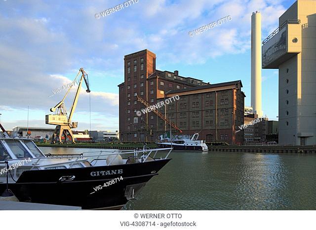 DEUTSCHLAND, MUENSTER (WESTFALEN), 17.09.2010, D-Muenster, Westphalia, Muensterland, North Rhine-Westphalia, evening mood at the city port, harbour building