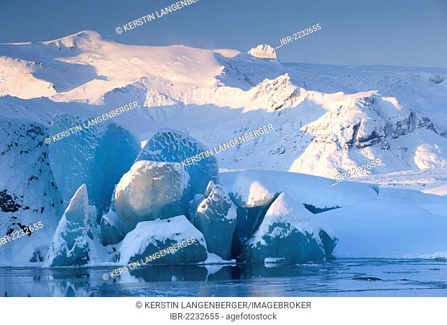 Snow-covered icebergs in front of the Vatnajoekull Glacier, Joekulsárlón, Vatnajoekull National Park, Iceland, Europe