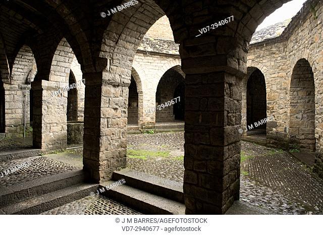 Ainsa, Santa Maria church cloister. Sobrarbe, Huesca province, Aragon, Spain