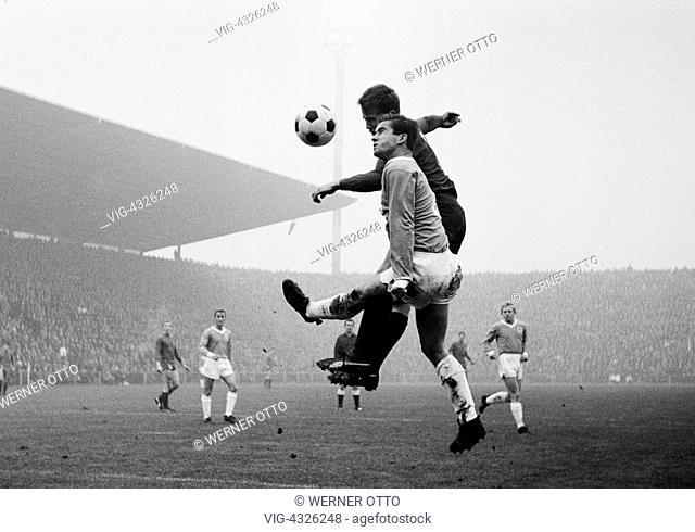 Fussball, Bundesliga, Saison 1966/1967, Borussia Moenchengladbach gegen TSV 1860 Muenchen 2:3, Boekelbergstadion, Spielszene, Kampf um den Ball, v.l.n