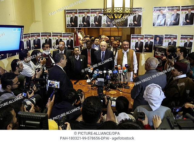 dpatop - Egyptian Presidential candidate and leader of El-Ghad Party Moussa Mostafa Moussa (C) attends a press conference at the party's headquarters in Cairo