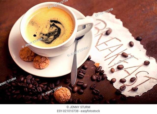 frischer Kaffee mit Keksen