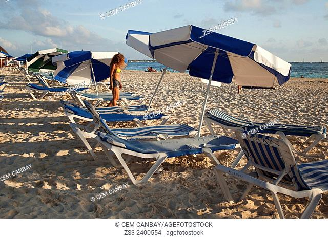 Scene from the beach with people, umbrellas and sunbeds, Isla Mujeres, Cancun, Quintana Roo, Yucatan Province, Mexico, Central America