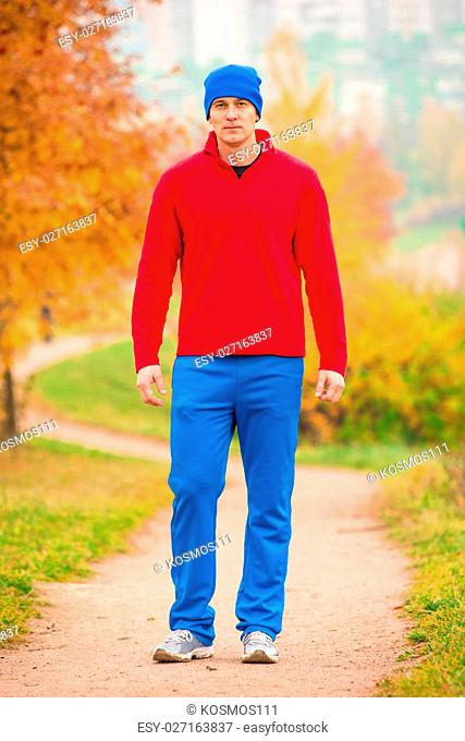 male athlete on training in autumn park