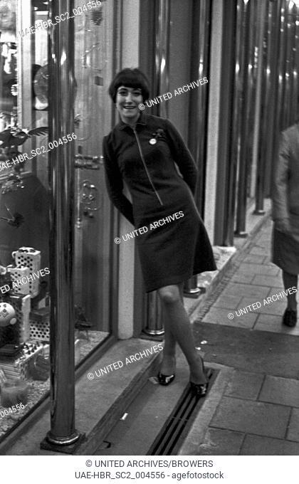 """Die Moderatorin der """"""""Drehscheibe"""""""", Vera Palm, in München, Deutschland 1960er Jahre. TV presenter Vera Palm at Munich, Germany 1960s. 24x36swNeg207"""