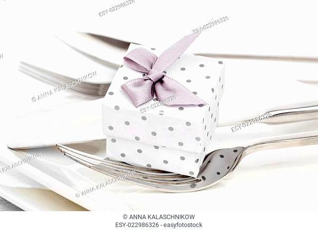 Valentinstag, romantisch gedeckten Tisch mit Geschenk-Box