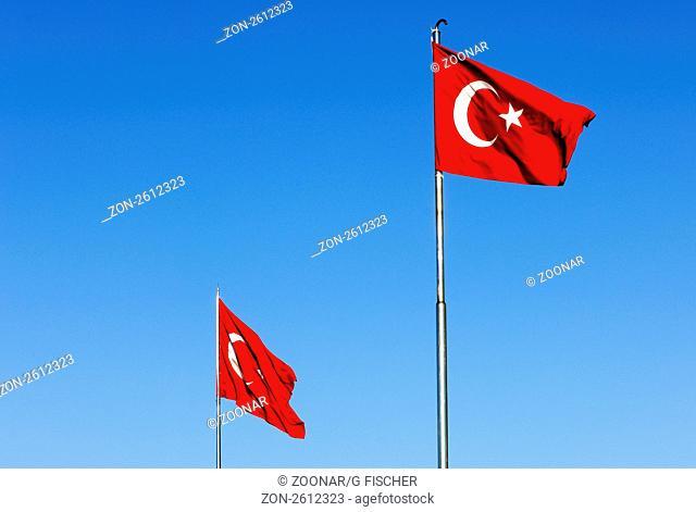 Die Nationalflagge der Türkei mit Halbmond und Stern weht über dem Taksim-Platz, Istanbul, Türkei / The flag of Turkey with a white crescent moon and a star in...