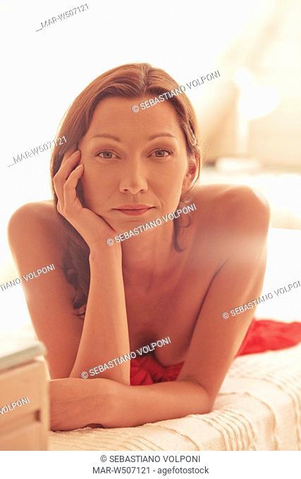 donna triste sdraiata sul letto