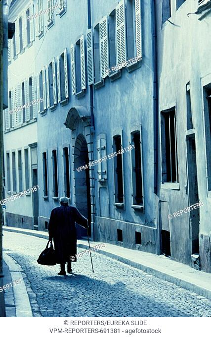 RETREAT - RETIREMENT - WALKING STICK - OLD - AGE - STREET - BLACK AND WHITE - BLACK-AND-WHITE - SOCIAL - LONELINESS - PEOPLE - WOMAN - SENIORS - SENIOR LAM ©...
