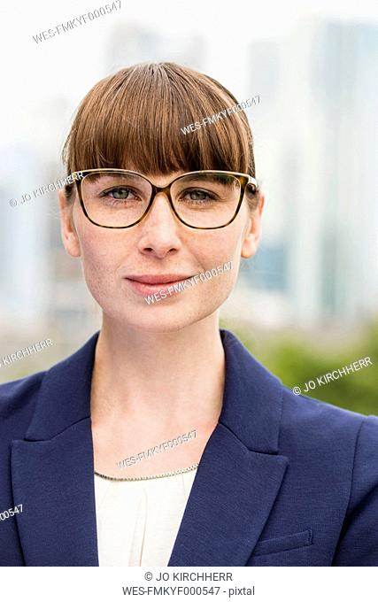 Germany, Hesse, Frankfurt, portrait of businesswoman wearing glasses