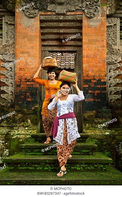 balinese women carrying offerings into the Hindu temple of Pura Desa, Indonesia, Bali, Ubud