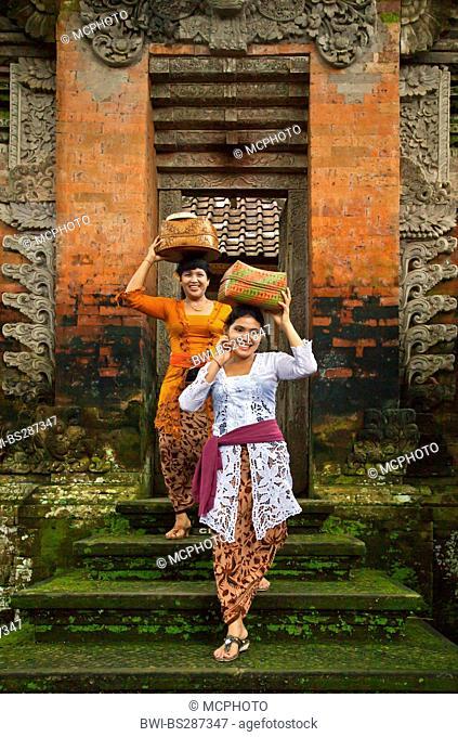 balinese women carrying offerings into the Hindu temple of Pura Desa, Indonesia, Bali, Ubud