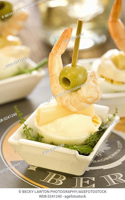 pincho de huevo cocido, gamba, esparrago, aceituna y mayonesa