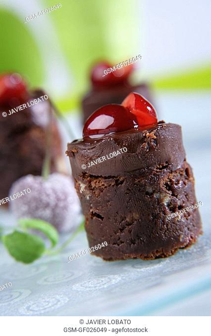 Sponge cake with chocolate and walnuts