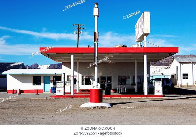 alte stillgelegegte 80iger Jahre Tankstelle in der Wueste Kaliforniens, USA 2013