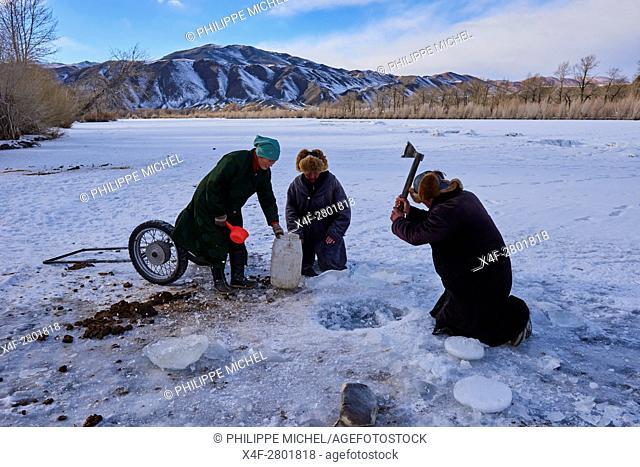 Mongolia, Bayan-Olgii province, landscape in winter, Kazakh family, water drudgery