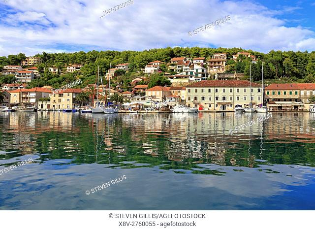 Jelsa harbour and waterfront, Hvar Island, Croatia, Dalmatia, Dalmatian Coast, Europe
