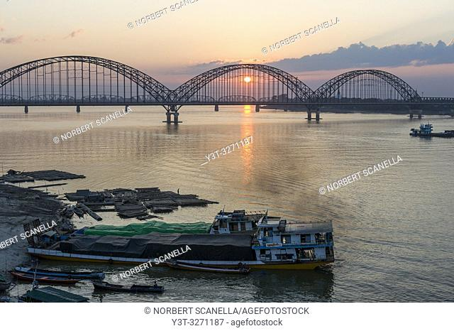 Myanmar (ex Birmanie). Sagaing, region of Mandalay. Yadanabon Bridge crossing the Irrawaddy river