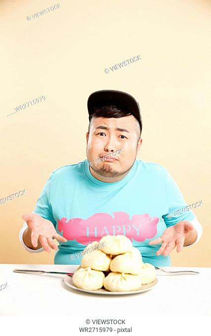 Little fat man to eat steamed stuffed bun