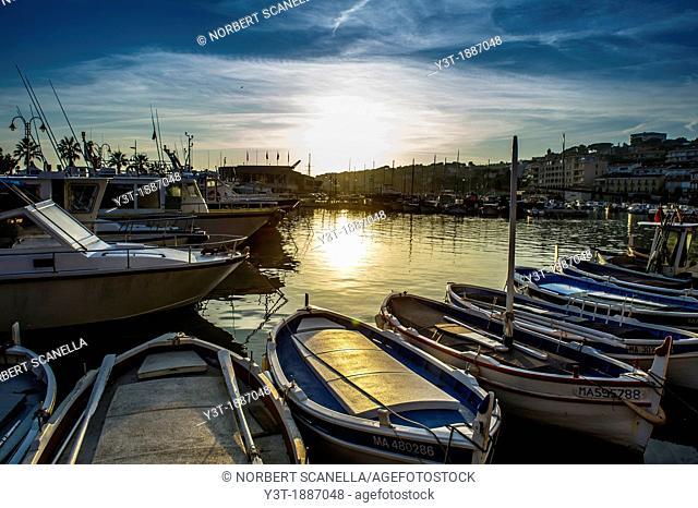 Europe, France, Bouche-du-Rhône, Cassis. Marina at sunset