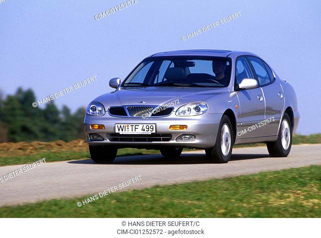 Car, Daewoo Leganza, Limousine, upper middle-sized , model year 1998-, silver, frontal view, driving, country road, diagonal from the front