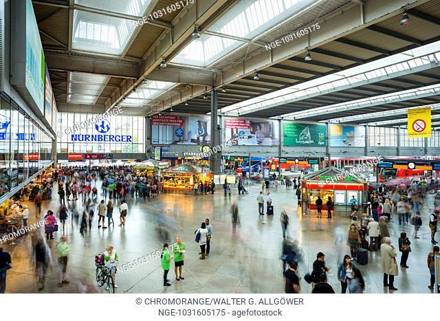 Menschen mit unscharfen Umrissen, Bahnhofshalle, Hauptbahnhof, München, Oberbayern, Bayern, Deutschland, Europa