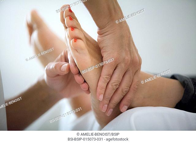 Reportage in a Chinese medecine practice. Foot reflexology