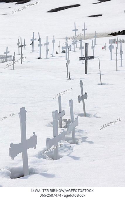 Greenland, Disko Bay, Ilulissat, cemetery by the Sermermiut settlement ruins