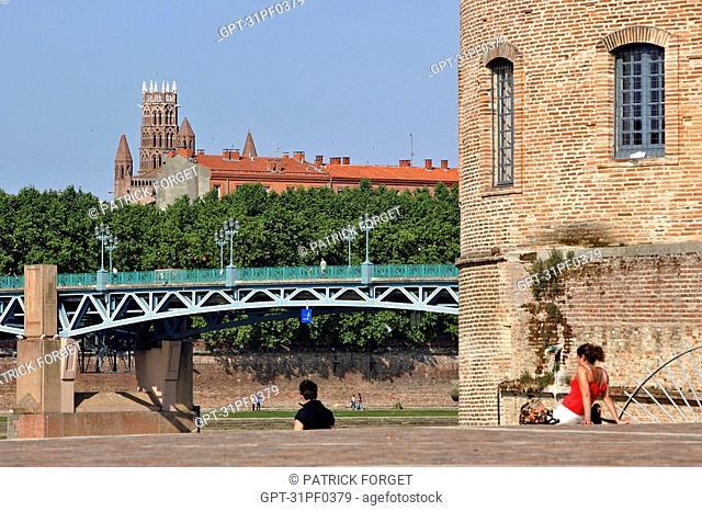 PONT SAINT-PIERRE BRIDGE AND THE JACOBINS CONVENT SEEN FROM THE RAYMOND IV PARK, SAINT CYPRIEN NEIGHBORHOOD, TOULOUSE, HAUTE-GARONNE 31, FRANCE