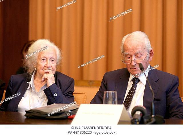 Auschwitz survivors Erna de Vries (l) and Leon Schwarzbaum during a press conference at the regional court in Detmold, Germany, 17 June 2016