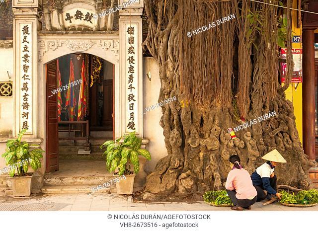 Peddlers at the entrance vietnamese templo. Hanoi. Vietnam