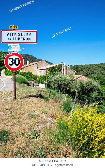 SIGN FOR THE VILLAGE VITROLLES EN LUBERON, REGIONAL NATURE PARK OF THE LUBERON, VAUCLUSE (84), FRANCE