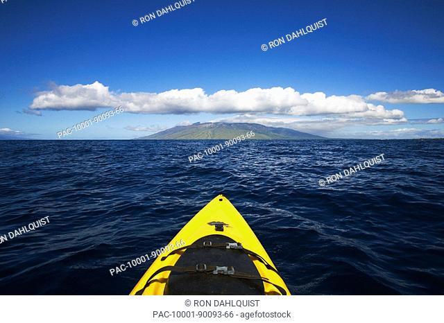 Hawaii, Maui, Kayake on the south coast of Maui points straight to West Maui Mountains