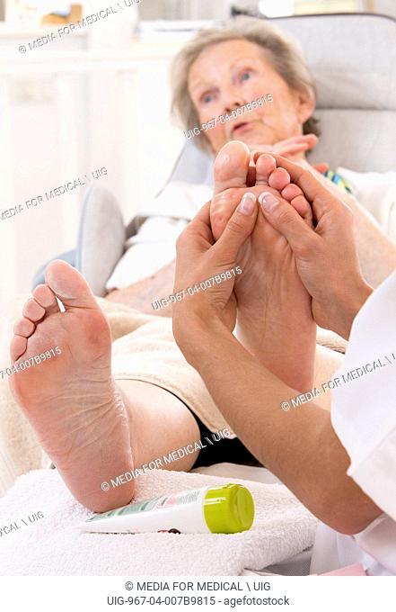 Massage foot senior