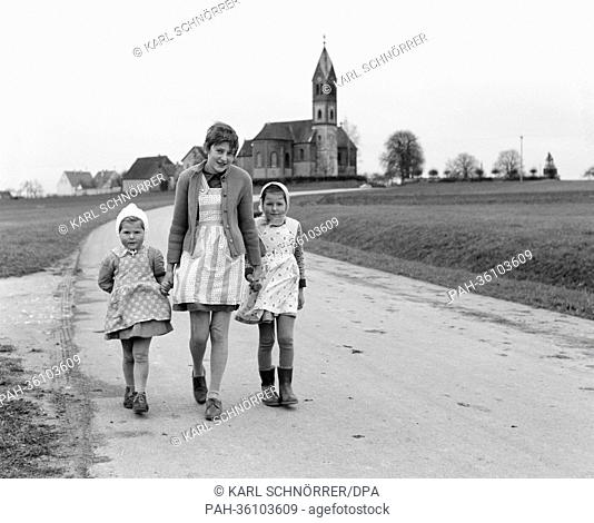 Thirteen-year-old cardiac Irene Walter (M) goes for a walk with her two sisters Gabriele (l) and Bernadette (r) on the 12th of November in 1963 in their...