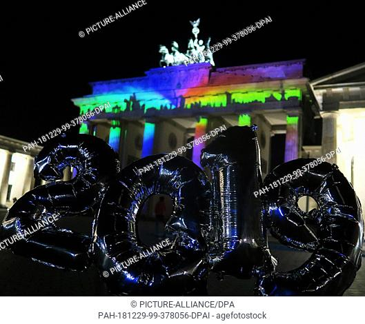 14 October 2018, Germany (German), Berlin: Balloons which form the year 2019, photographed on the Pariser Platz in front of the Brandenburg Gate