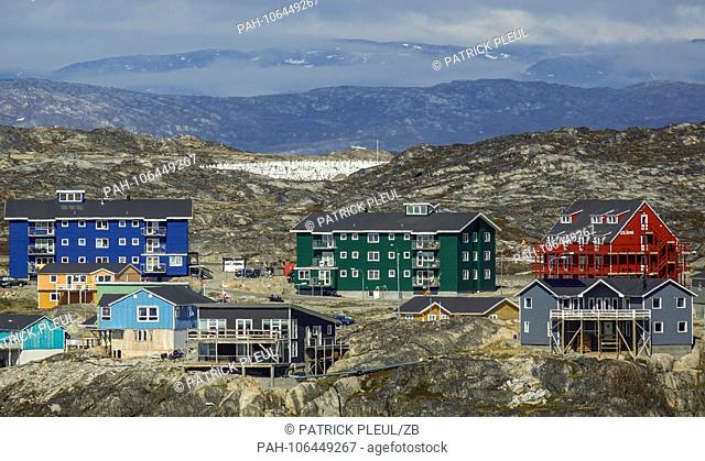 22.06.2018, Gronland, Denmark: Colorful houses of the coastal town of Ilulissat in western Greenland. The city is located on the Ilulissat Icefjord
