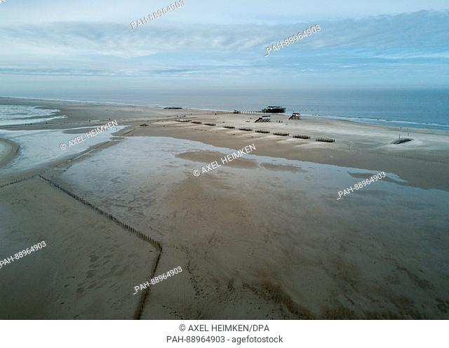 A photograph taken using a drone shows a beach in Sankt Peter-Ording in northern Germany, 11 March 2017. Photo: Axel Heimken/dpa | usage worldwide