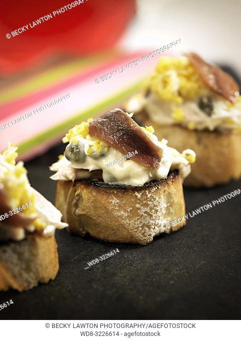 montadito de bonito con huevo cocido y anchoa / bonito montadito with boiled egg and anchovy
